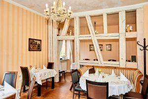 Kastanienhof Pforzheim, weiße Balken, Innenraum, gedeckte Tische