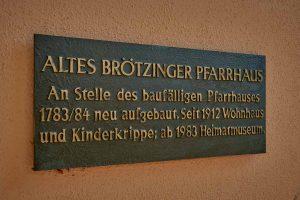 Schild am alten brötzinger Pfarrhaus