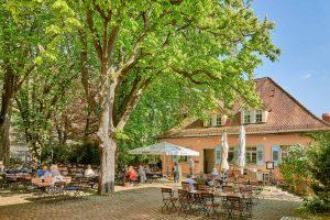 Altes Pfarrhaus Kastanienhof Außenansicht Biergarten Sitzgelegenheiten