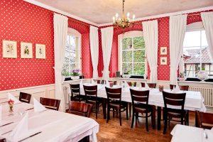 Innenraum Kastanienhof Pforrzheim, Gedeckte Tische, Holzstühle