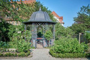 Grüner Garten, Altes Pfarrhaus Pforzheim, Sitzgelegenheit unter Metallkuppel