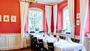 Kastanienhof Pforzheim, Innenansicht, Rote Tapete, Tisch, Stühle