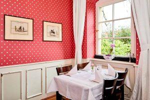 Altes Pfarrhaus Pforzheim, Rote Tapete, Gedeckter Tisch, Fenster in den Garten