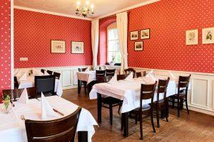 Altes Pfarrhaus Pforzheim, Sitzmöglichkeiten, Innen, Rote Tapete, Tische und Stühle