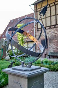 Kunstobjekt Metall, Pfeil, Garten Altes Pfarrhaus Pforzheim