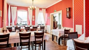 Saal mit mehreren Tischen, Innenraum Altes Pfarrhaus Pforzheim