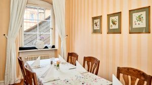 Gedeckter Tisch, Holzstühle, Wandbilder, Innenraum mit Fenster, Altes Pfarrhaus Pforzheim